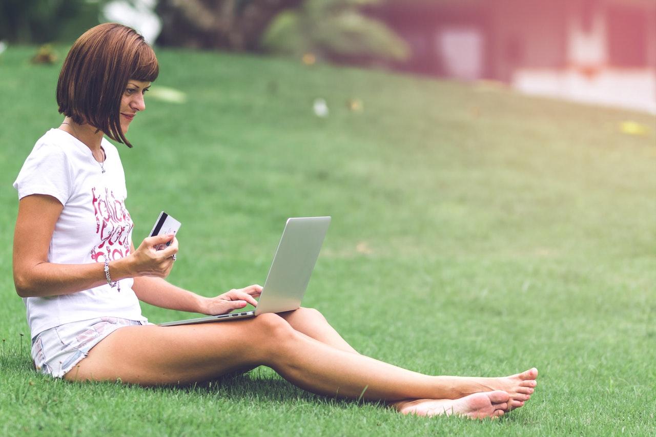 dziewczyna prowadząca swój sklep internetowy